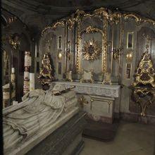 地下の聖アフラの墓所