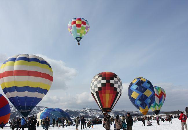 雪原にうかぶ色とりどりの熱気球は見応えアリ