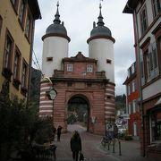二つの塔の橋門