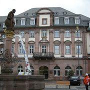 マルクト広場のきれいな市庁舎