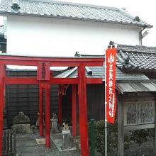 門の影でこぢんまりとした神社です。