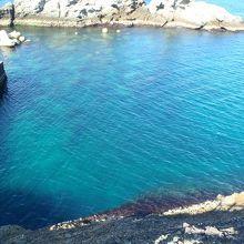 青くて透き通った海