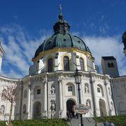 18世紀にバロック様式に改修された壮大な修道院
