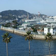 米海軍基地です。遠方に大きな船が見えます。