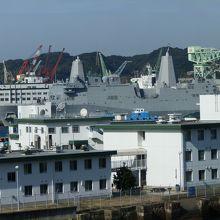 米海軍の建物です。遠方に大きな船が見えます。