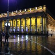 町の中心に建つ美しい大劇場