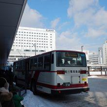 旭川駅のバスの行列。電車が着いてから既に3台は発車してる。
