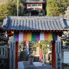 山門と中国風の鐘楼