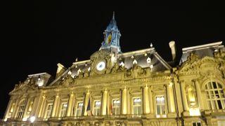 トゥールの街の中心部にある美しい市庁舎!