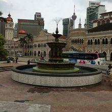 広場の噴水