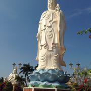 巨大な白い仏像がお出迎え