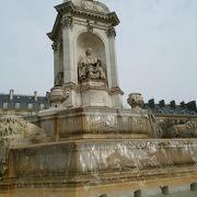 三月に訪問。広場前の巨大な石像は噴水になっていました!