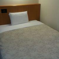 広めのベッド、枕も二つあります