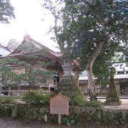 温泉街の中に佇む『三朝神社』