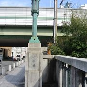 橋を渡るとT字路