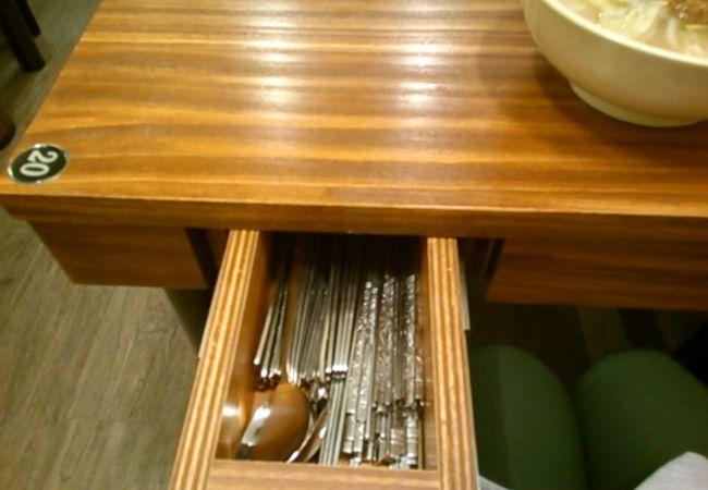 お箸はテーブルの引き出しから