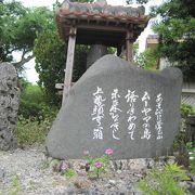 石垣に囲まれているお寺