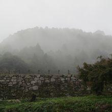 山中御殿跡方面への上り口から雨に煙る月山遠望。