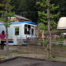 子宝の湯の前の長良川鉄道