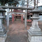 カーブにある小さな神社