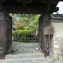 門をくぐって庭園を見ることができます