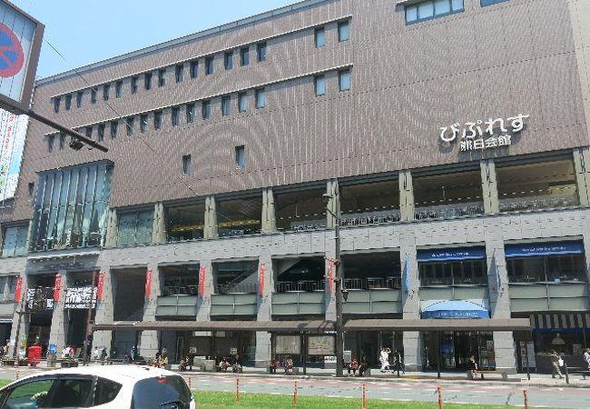 繁華街の複合ビル