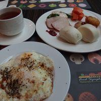 朝ごはん。卵の胡椒は自分でかけてます