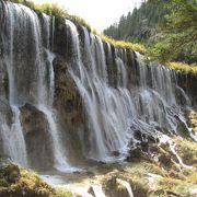 素晴らしい荘厳な滝。