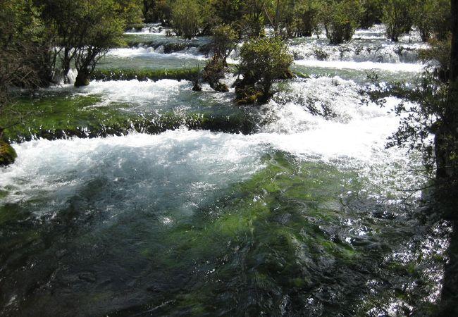 小さいが大変美しい滝。