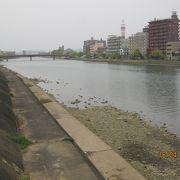 高知の繁華街の南を流れている川です。