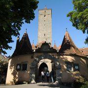 紋章で装飾されたローテンブルク最古の門です