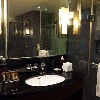バスルームも明るくきれい。アメニティはいい香り