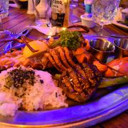 ヨットハーバー沿いのおしゃれなレストラン