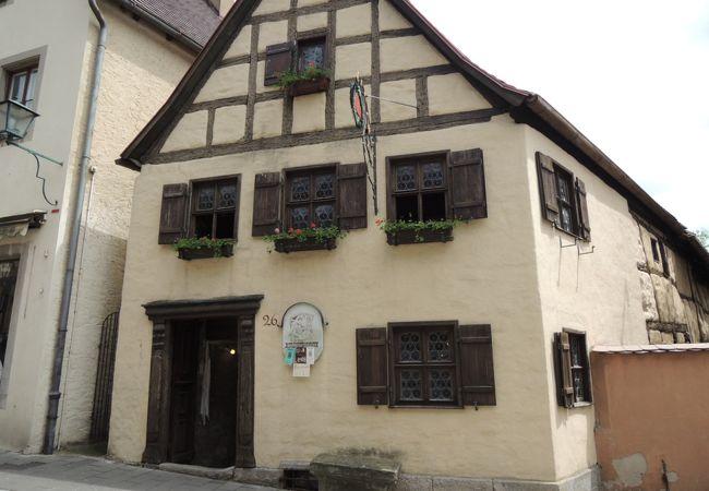 800年前に立てられた職人の家です