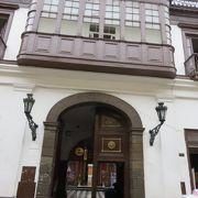 インカの土台の上にスペインの建物