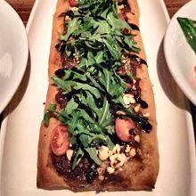 フラットブレッドという料理を頼んだら長くて大きなピザみたい。
