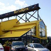 黄色い建物が目立つグランビルアイランドのレストランBridges