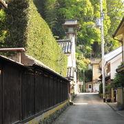 急階段を登った丘の上にある神社