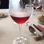 葡萄畑を眺めながら自家製ワインを楽しめる