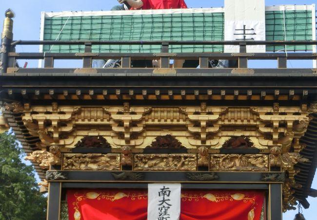 伝統的な曳山の上に、現在旬の人物のお人形が飾られています