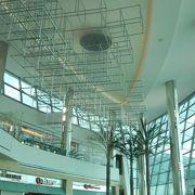 陽光あふれる第二ターミナルのフードコート