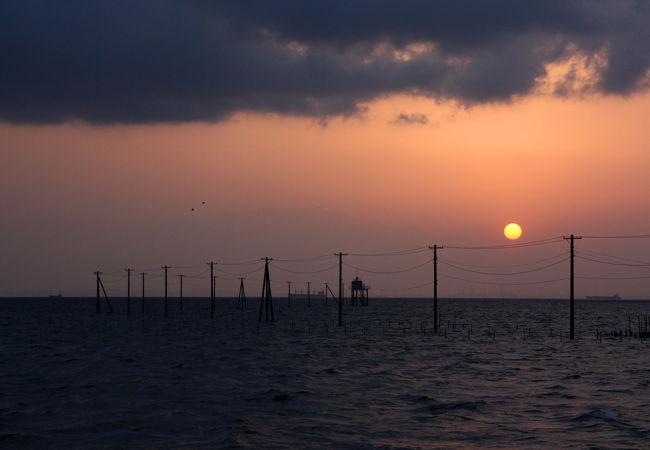 電柱の伸びる海岸。