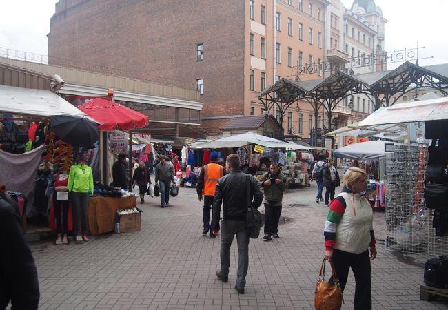 日用雑貨の地元の人の市場