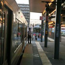 長浜駅2番線ホーム、後ろにも電車が停まってる