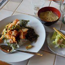 アボカド、マグロ刺身がのったキムチ味のランチでした。
