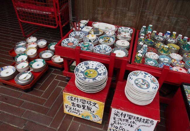 カラフルな食器がたくさんありました