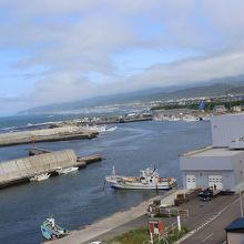 窓からは漁港も見えます