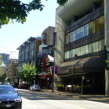 アルバーニ通りにある2階建てのレストラン