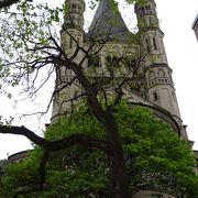 尖塔の美しい教会