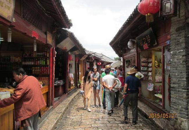 麗江古城内の水路は住民の生活用水であり防火にも役立っています。これがナシ族の知恵、文化です。